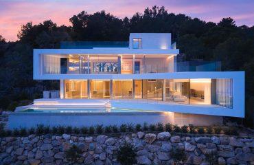 Sleek-Geometric-Villa-In-Mallorca-WIth-A-Glass-Facade